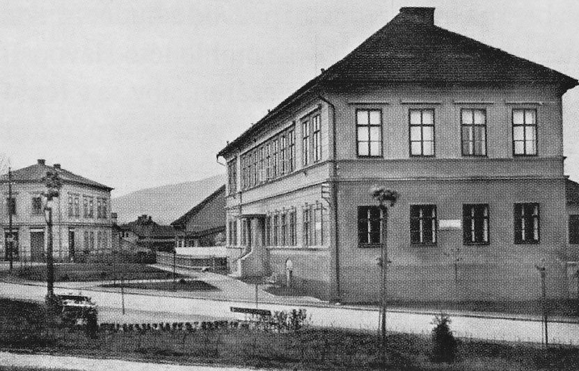 Bývalý zámek a budova staré obecní školy (1930)